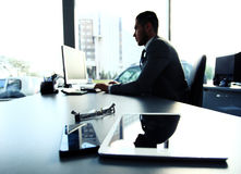 Kontur av affärsmannen som använder bärbara datorn Royaltyfria Bilder
