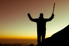 Kontur av att fira för alpinist Arkivbilder