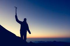 Kontur av att fira för alpinist Arkivbild