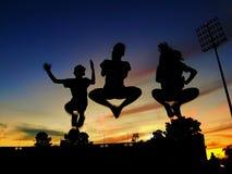 Kontur av att hoppa för 3 ungar Fotografering för Bildbyråer
