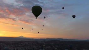 Kontur av ballonger för varm luft som flyger över Cappadocia på soluppgång stock video