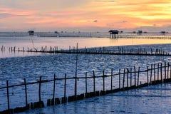 Kontur av bambustugan med morgonsolsken i golf av Thailand Arkivfoto