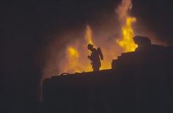 Kontur av brandmannen framme av eldsvåda, Beverly Hills, Kalifornien Arkivbilder