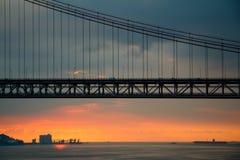 Kontur av bron och havet Lissabon Fotografering för Bildbyråer