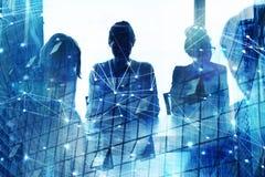 Kontur av businesspersonen i regeringsställning med nätverkseffekt Begrepp av partnerskap och teamwork arkivbild