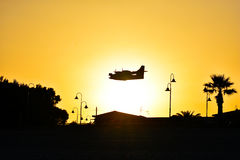 Kontur av Canadair i solnedgången royaltyfria bilder