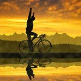 Kontur av cyklisten som rider en vägcykel royaltyfria foton