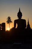 Kontur av de forntida skulpturerna av den placerade Buddha Wat Tra Phang Ngoen i Sukhothai, Thailand Arkivbild