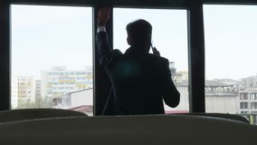 Kontur av den besvärade affärsmannen som talar på telefonen stock video