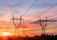 Kontur av den elektriska polstrukturen för hög spänning royaltyfri foto