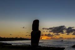 Kontur av den ensamma moaien på solnedgången nära marina av Hanga Roa royaltyfria foton