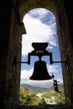 Kontur av den gamla kyrkliga klockan i Ainsa, Huesca, Spanien i Pyrenees berg, en gammal walled stad med bergstoppsikter av Cinca Arkivfoto