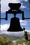 Kontur av den gamla kyrkliga klockan i Ainsa, Huesca, Spanien i Pyrenees berg, en gammal walled stad med bergstoppsikter av Cinca Arkivbilder