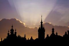 Kontur av den gamla staden Krakow på soluppgång eller solnedgången arkivfoto