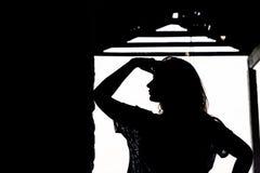 Kontur av den härliga flickan som är utomhus- i gammalt lager Arkivbilder