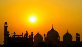 Kontur av den härliga moskén på solnedgången royaltyfria foton
