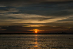 Kontur av den Laem Chabang sjösidan på Sriracha med solnedgånghimmel Royaltyfria Bilder