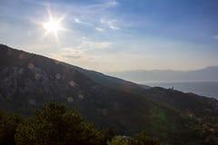 Kontur av den lilla kyrkan på berget med havet, ö Krk Croa arkivfoto