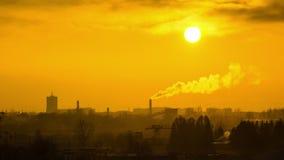 Kontur av den mörka staden mot solnedgång- eller gryningbakgrund lager videofilmer