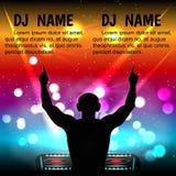 Kontur av den manliga discjockeyn med hörlurar, med dina händer mot en nattklubb Arkivbilder
