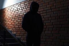 Kontur av den mystiska mannen i hoodie Farlig brottsling fotografering för bildbyråer