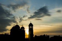 Kontur av den ortodoxa kyrkan under solnedgången Arkivfoton