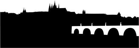 Kontur av den Prague slotten och Charles Bridge Royaltyfri Fotografi