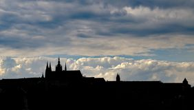 Kontur av den Prague slotten på solnedgången Arkivfoto