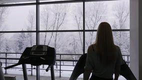 Kontur av den sexiga kvinnan för idrottsman nen som går på a stock video