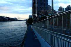 Kontur av den 59th gatabron, East River och FDR-gångbanan Arkivfoton