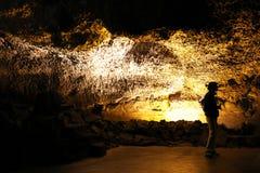 Kontur av den turist- handboken i Cueva de los Verdes ett fantastiskt vulkaniskt lavarör i Lanzarote, kanariefågelöar, Spanien royaltyfria bilder