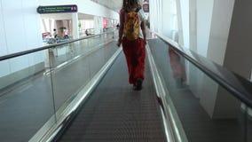 Kontur av den unga familjen med bagage som går på lager videofilmer