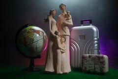 Kontur av den unga familjen med bagage som går på flygplatsen, flicka som visar något till och med fönstret royaltyfri bild