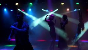 Kontur av den unga grabbdansen i en nattklubb stock video