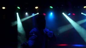 Kontur av den unga grabbdansen i en nattklubb lager videofilmer