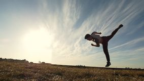 Kontur av den unga mannen som gör utomhus stridighetutbildning lager videofilmer