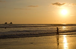 Kontur av den unga mannen som tycker om strandsikten Arkivbilder