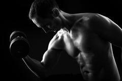 Kontur av den unga muskulösa konditionmannen på svart arkivfoton
