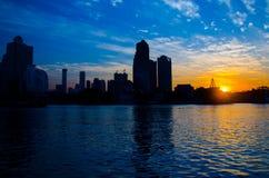 Kontur av det i stadens centrum centret vid flodsolnedgången med blå molnig himmel royaltyfria foton