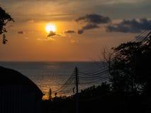 Kontur av elektriska trådar mot solinbrottet havet arkivfoto