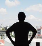 Kontur av en akimbo position för man med stadssiktsbakgrund Royaltyfri Fotografi