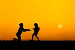 Kontur av en familj i solnedgång Fotografering för Bildbyråer