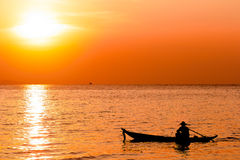 Kontur av en fiskare i ett fartyg på havet royaltyfri foto