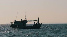 Kontur av en fiskebåt i havet thailand askfat Pattaya arkivfilmer