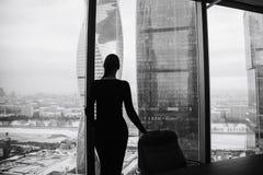 Kontur av en flicka på bakgrunden av skyskrapor Arkivfoton