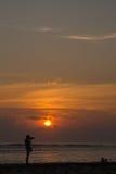 Kontur av en fotograf på soluppgång Royaltyfria Bilder