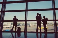 Kontur av en grupp m?nniskor i en v?ntande korridor f?r flygplats arkivfoto