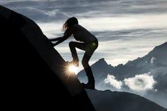 Kontur av en klättra kvinna royaltyfria bilder