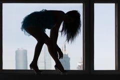 Kontur av en kvinna i hög-heeled skor royaltyfri foto