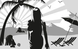 Kontur av en kvinna på stranden under en gömma i handflatan tr Arkivfoto